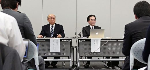 Satoru Iwata, president of Nintendo Co., center right, speaks as Tatsumi Kimishima, managing director, listens during a news conference in Osaka, Japan, on Wednesday, Oct. 29, 2014. Photographer: Yuzuru Yoshikawa/Bloomberg *** Local Caption *** Satoru Iwata