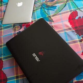 Face à un Macbook Air, il n'a vraiment pas à rougir (par contre les traces de doigt....) !