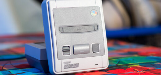 La SNES Mini, avec utilisation de la NES Mini comme support de rangement vertical.