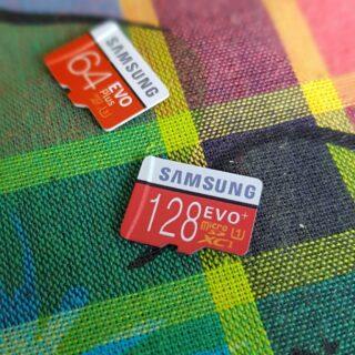 Si vous êtes attentif, vous constaterez que les bords de la carte 128go (la fausse carte) sont noir, alors que ceux de la 64go, une vraie carte sd Samsung, sont blancs.