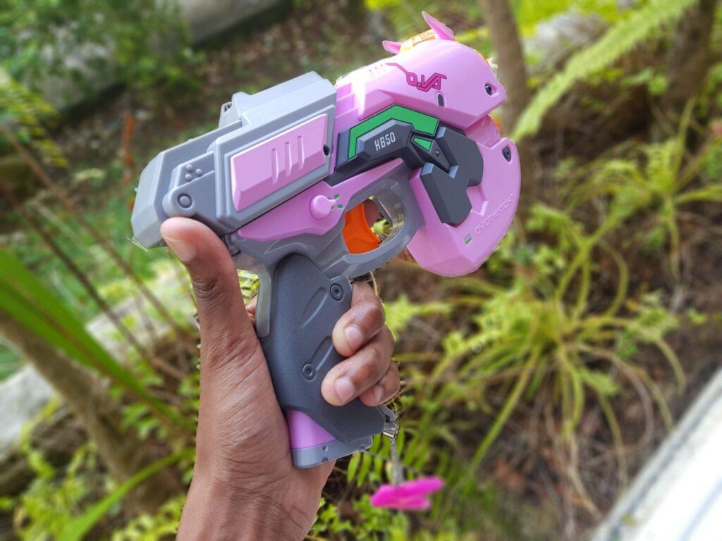 Ce pistolet Nerf est une réplique taille réelle de l'arme de D.Va !
